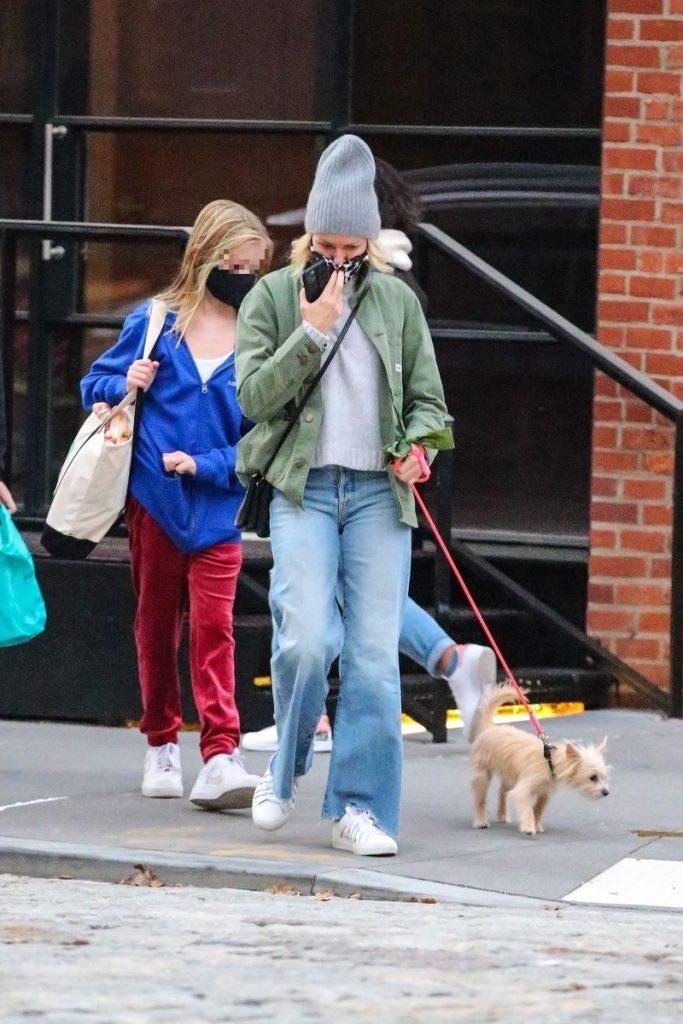 Naomi Watts pasea con Izzy, su mascota, y Kai