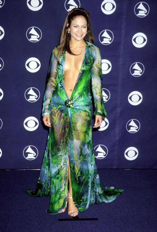 Uno de los looks más sexys de JLo que se recuerdan es este, en los Grammy de 2000, con vestido con maxiescote de Versace