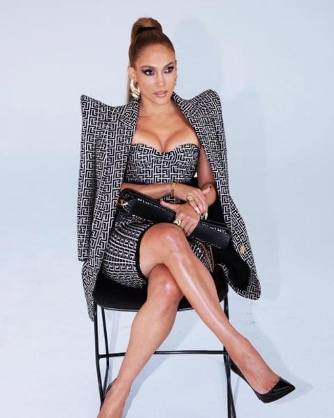 Jennifer Lopez, con total look de Balmain: vestido, chaqueta y cartera