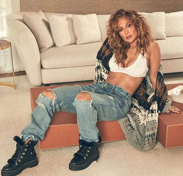 Entre los looks más sexys de JLo se encuentra este, hecho para promocionar su colección de zapatos