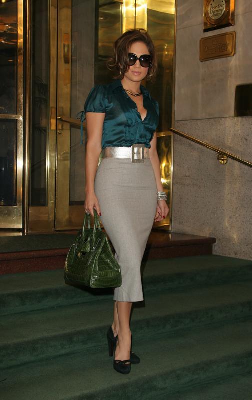 Uno de los looks más sexys de JLo es este en el que abandonaba un hotel en 2005, con falda de tubo, blusa, tacones y gafas de sol
