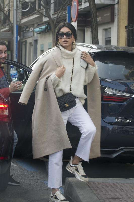 Lucía Rivera saliendo de un coche con abrigo beige