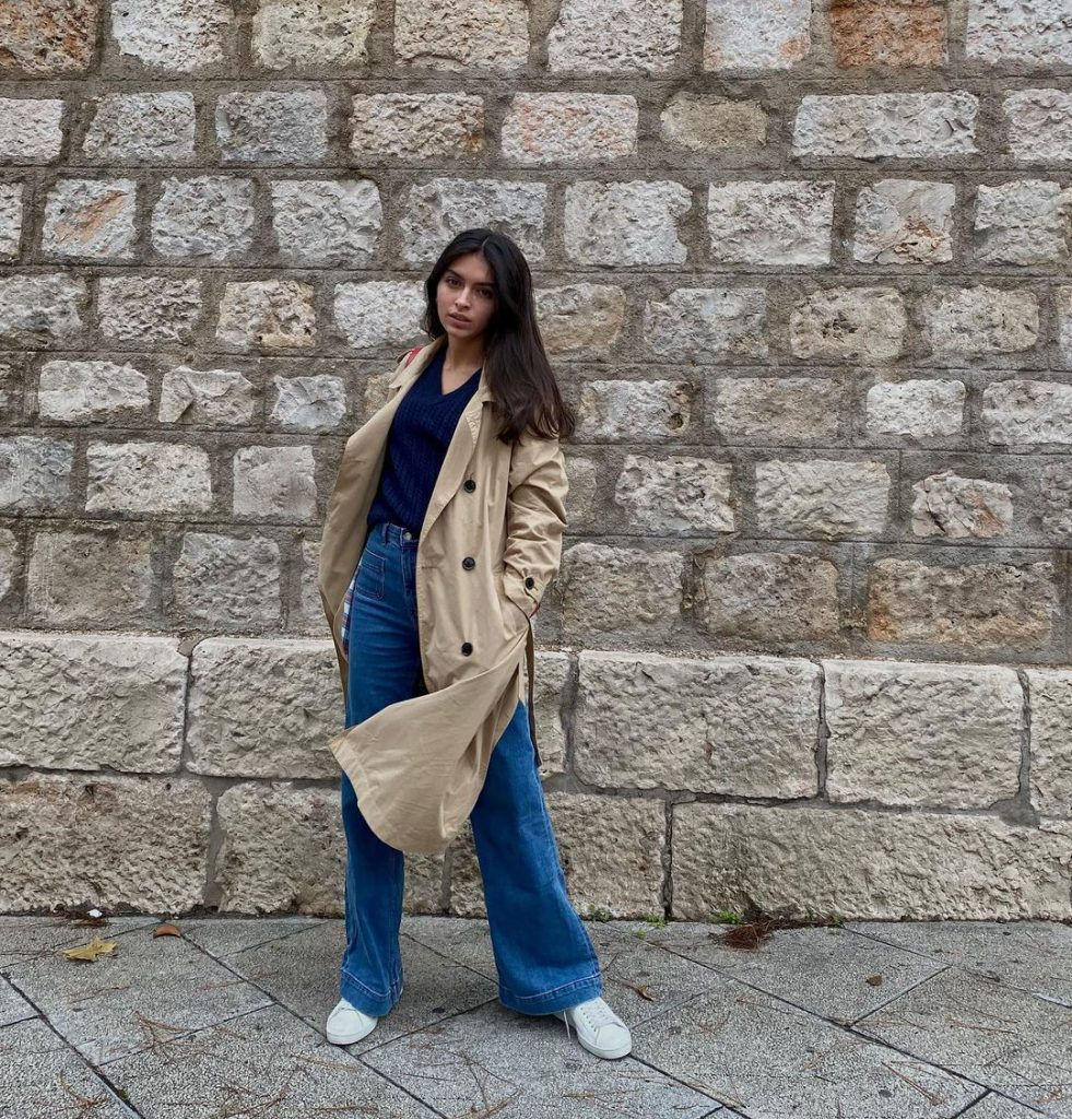 Lucia Rivera divina en gabardina