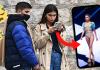 Lucía Rivera mirando el móvil por las calles de Madrid