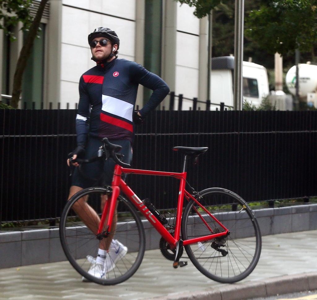 Niall Horan con outfit de ciclista entre rumores de reunión de 1D