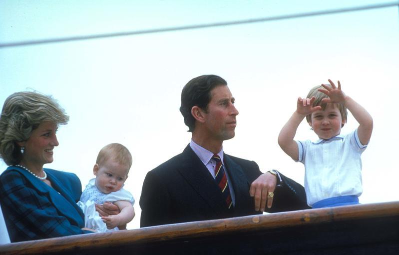 Seguro que, como en esta imagen, veremos a Lady Di en The Crown con sus dos hijos pequeños y su esposo