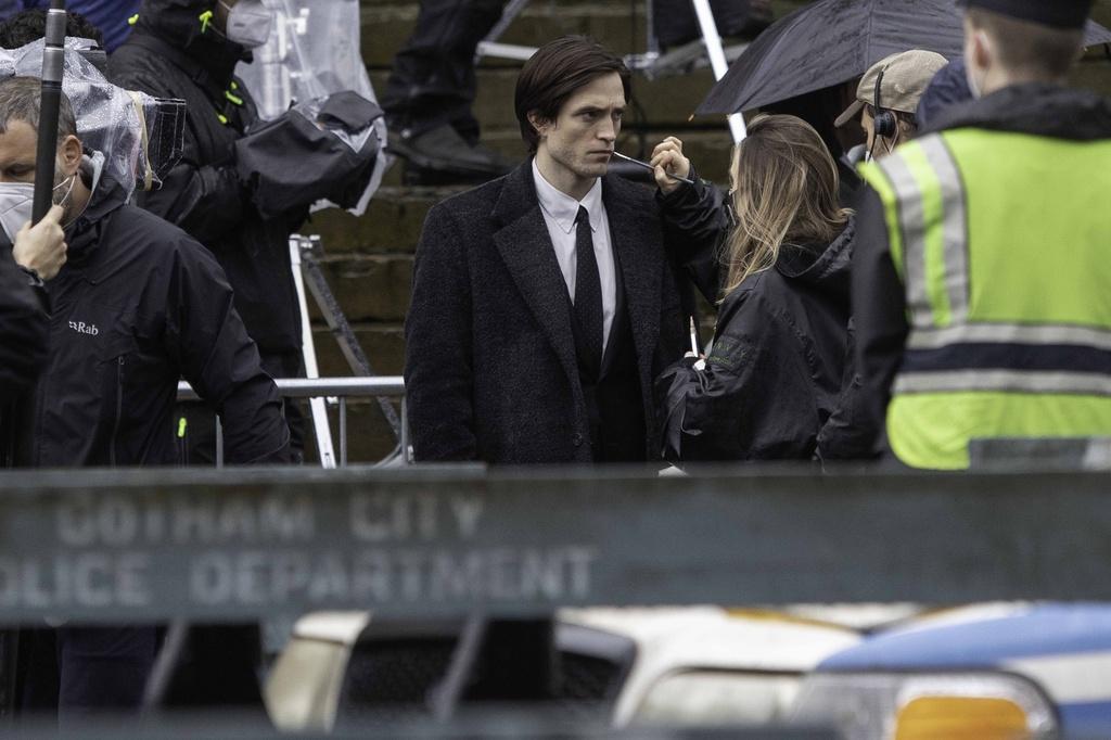Descanso para retocar maquillaje entre nuevas fotos del Batman de Robert Pattinson