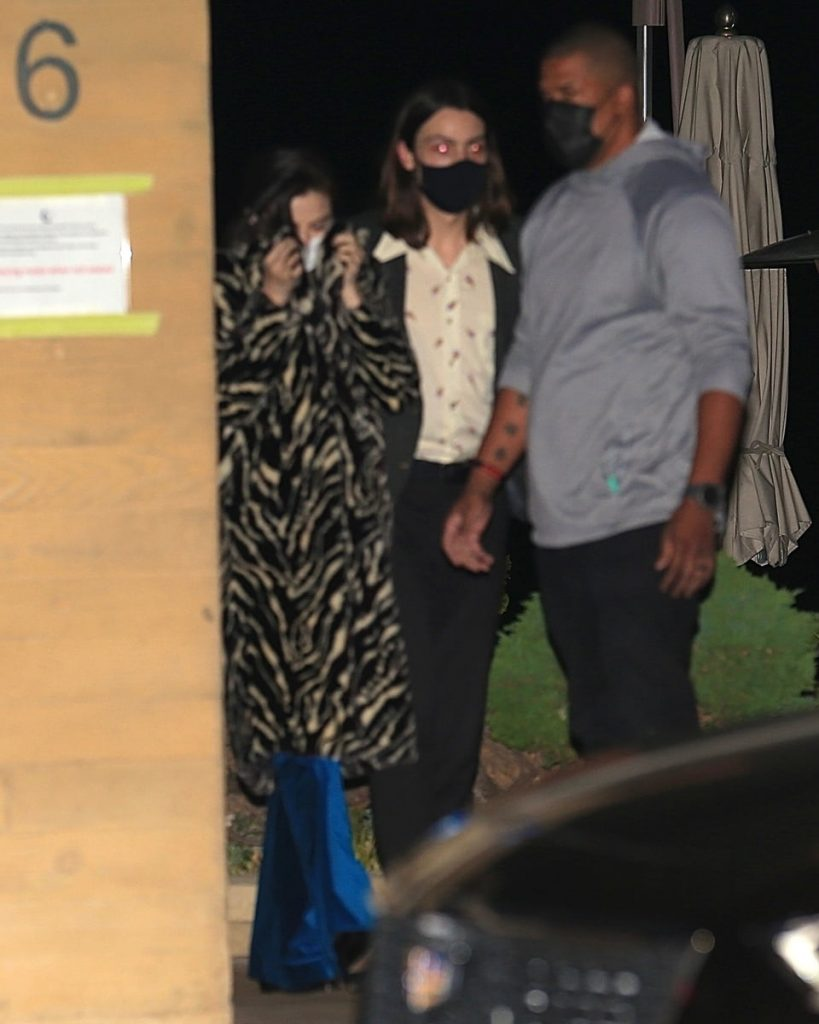 Selena Gomez sale del restaurante Nobu cubriéndose el rostro