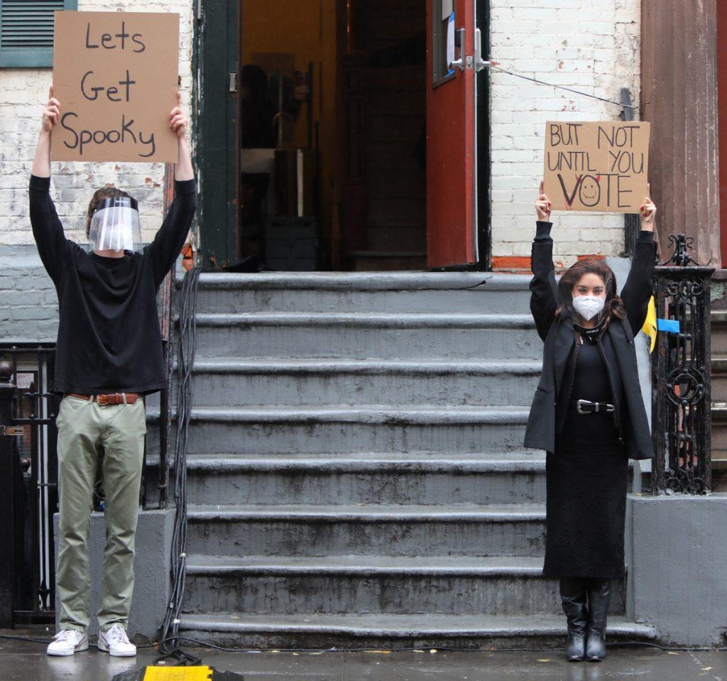 El recadito a Donald Trump de Vanessa Hudgens era esta performance con carteles incitando al voto, junto a Seth Philips