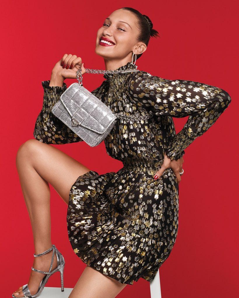 Bella Hadid, con vestido, sandalias y bolso Michael Kors