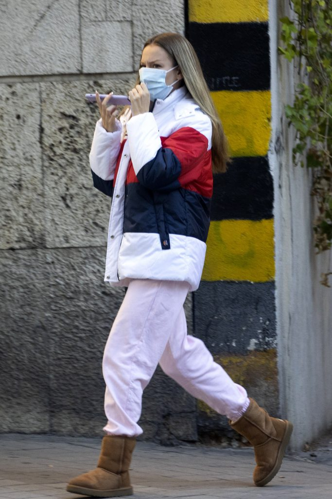 Ester Expósito en pijama por la calle