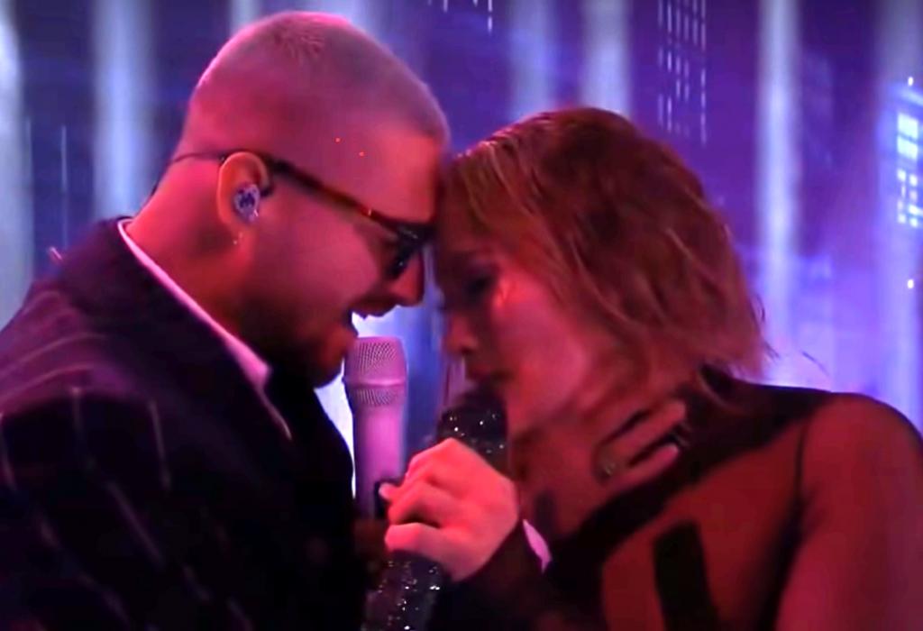 Jennifer López y Maluma actuación caliente
