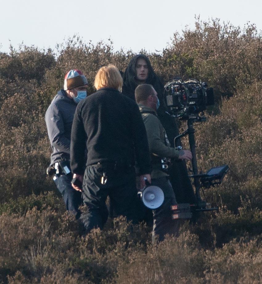 Henry Cavill observa al cámara