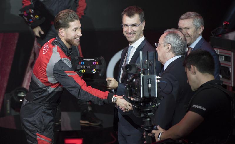 El culebrón Sergio Ramos, que en esta imagen retrospectiva saluda a Florentino Pérez, parece estar cerca de llegar a su fin