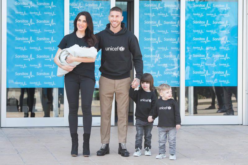 Pilar Rubio y Sergio Ramos posan con tres de sus hijos
