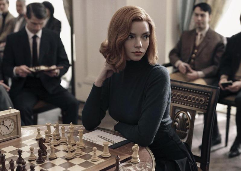 la actriz de Gambito de dama en un fotograma de la serie