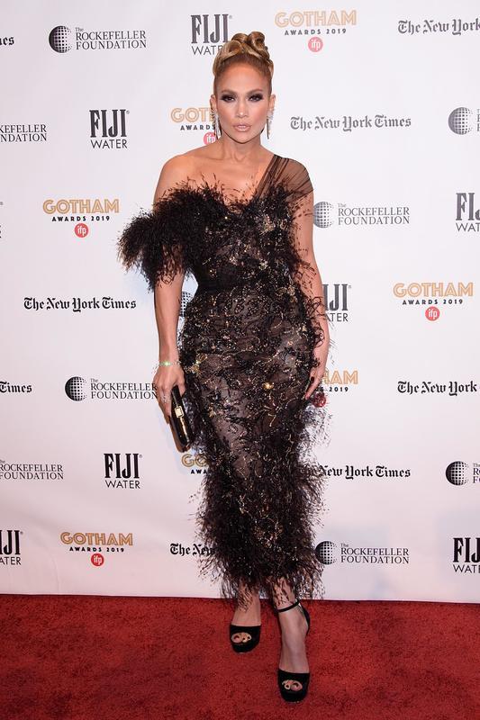 Jennifer Lopez, con vestido asimétrico de plumas