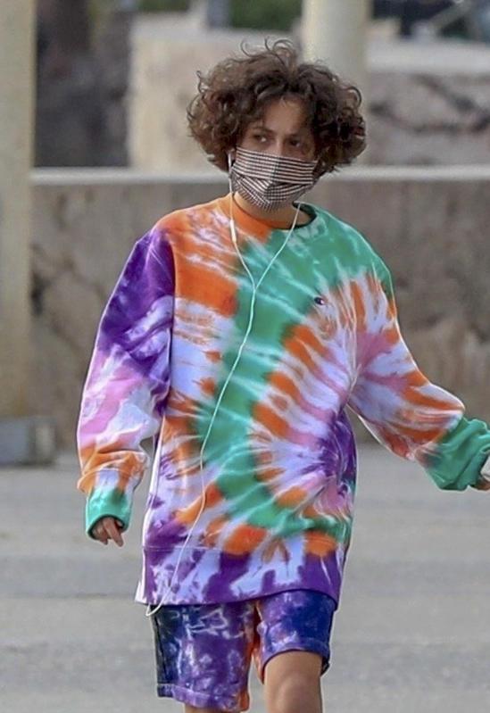Emme, la hija de JLo, con un atuendo tie-dye