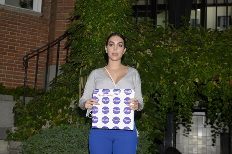 Georgina Rodríguez entrega regalos en la fundación Nuevo Futuro