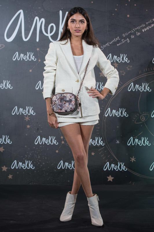 Lucia Rivera en traje mini blanco presenta los bolsos Anekke