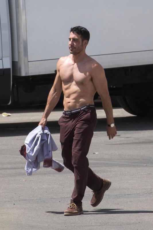 MAS casi abandona el rodaje de la serie: aquí podemos verlo en un descanso de la misma, con el torso desnudo