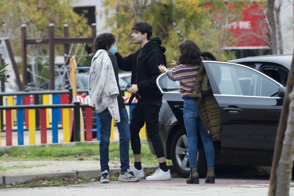 Los Javis y la madre de Javier Calvo salen del coche