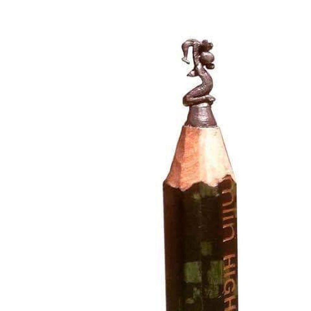 Maternidad tallada en la punta de un lápiz
