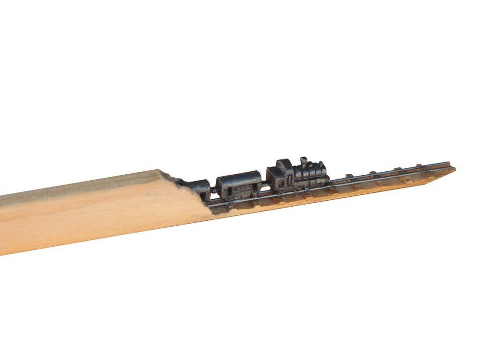 Tren esculpido dentro de un lápiz