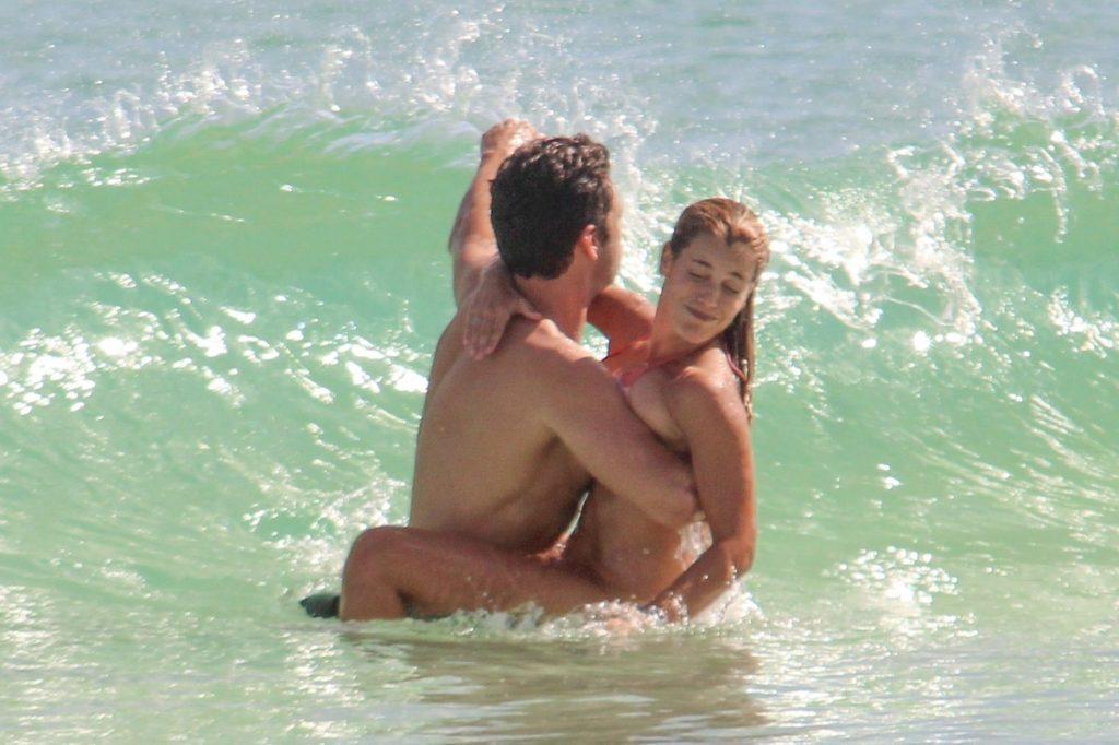 Sebastian Stan y Alejandra Onieva en la playa de Tulum.