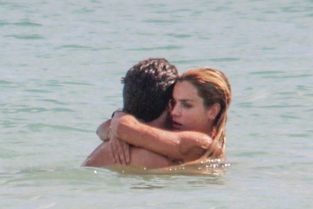 Sebastian Stan y Alejandra Onieva abrazados.