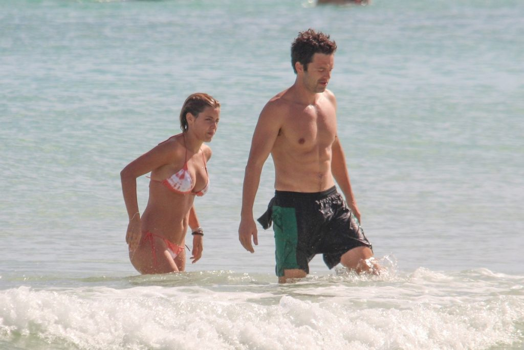 Alejandra Onieva y Sebastian Stan en bañador.