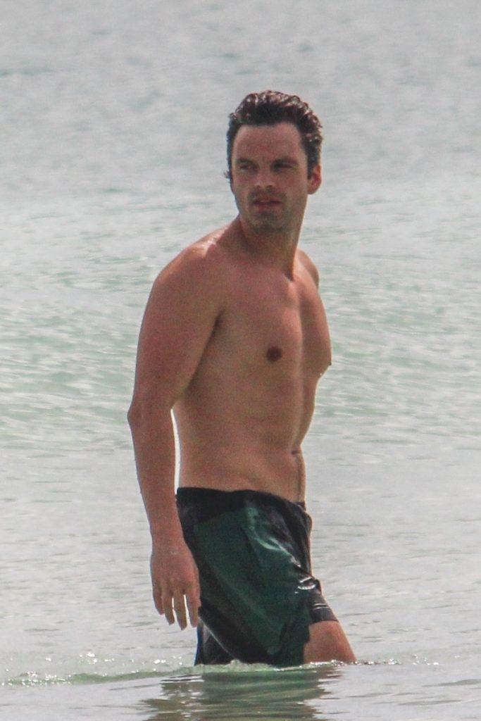 Sebastian Stan en bañador.