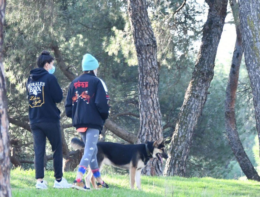Aitana Ocaña y su perra Sopita de paseo en el parque