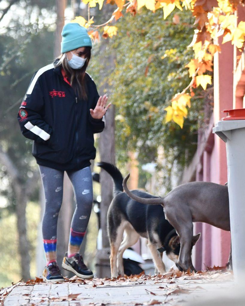 Aitana Ocaña y su perra Sopita disfrutan de un paseo en Madrid