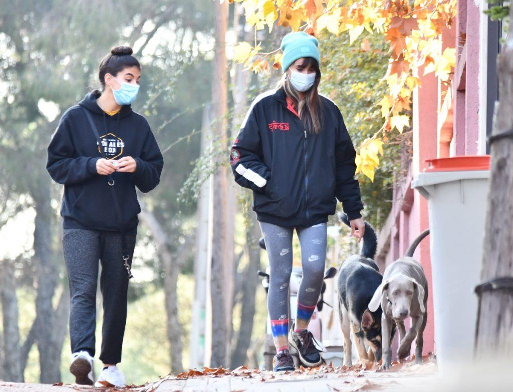 Aitana Ocaña y su perra Sopita de paseo otoñal