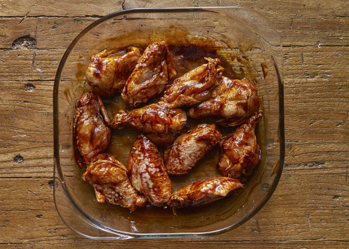 No vas a poder comer solo una de estas alitas de pollo picantes
