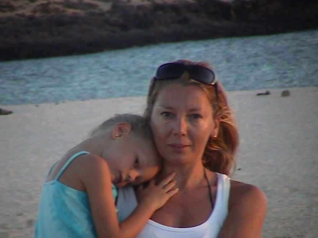 Ester Expósito, con su madre, de pequeña