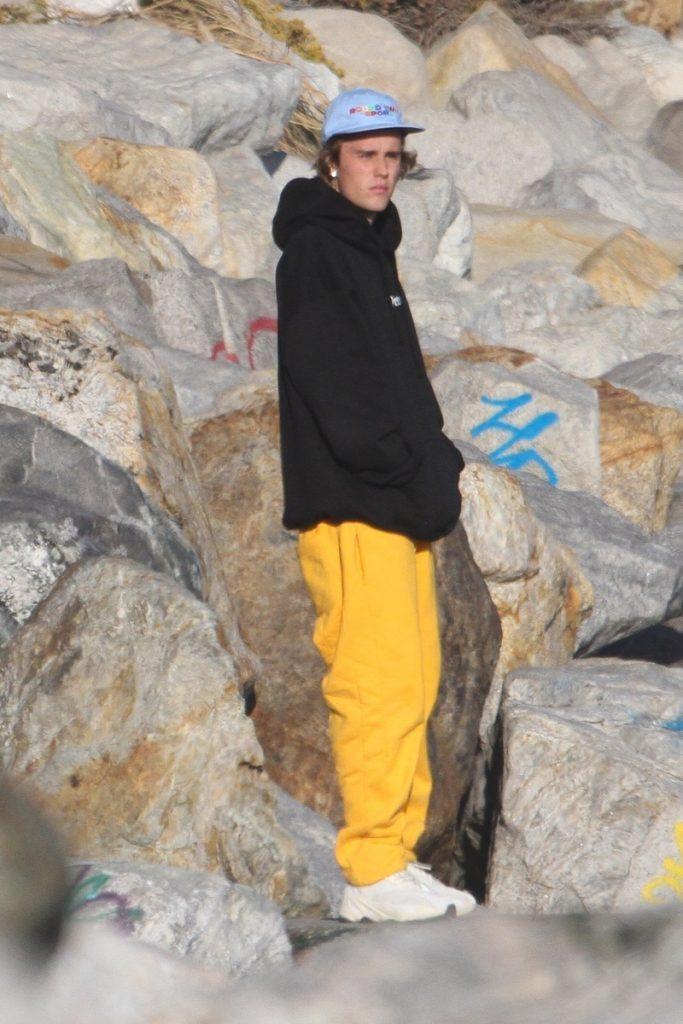Justin Bieber en la playa de pie
