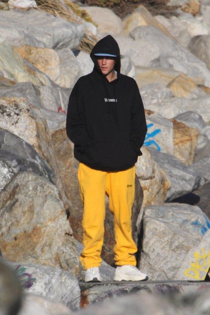 Justin Bieber con capucha en la playa