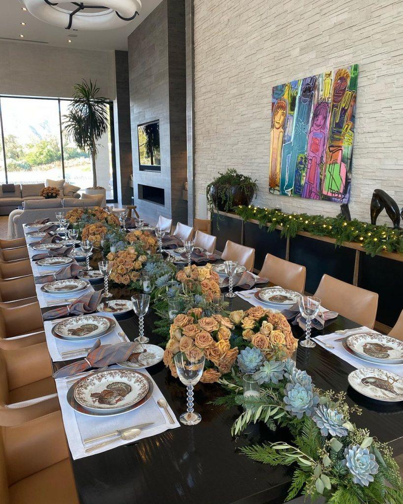 mesa para 14 comensales en la celebración de Acción de Gracias de los Kardashian-Jenner