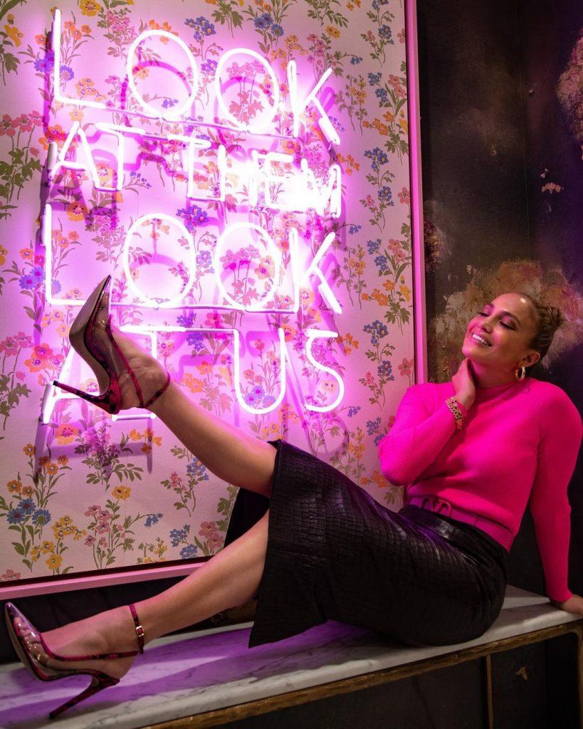 Jennifer Lopez lleva unos zapatos diseñados por ella.