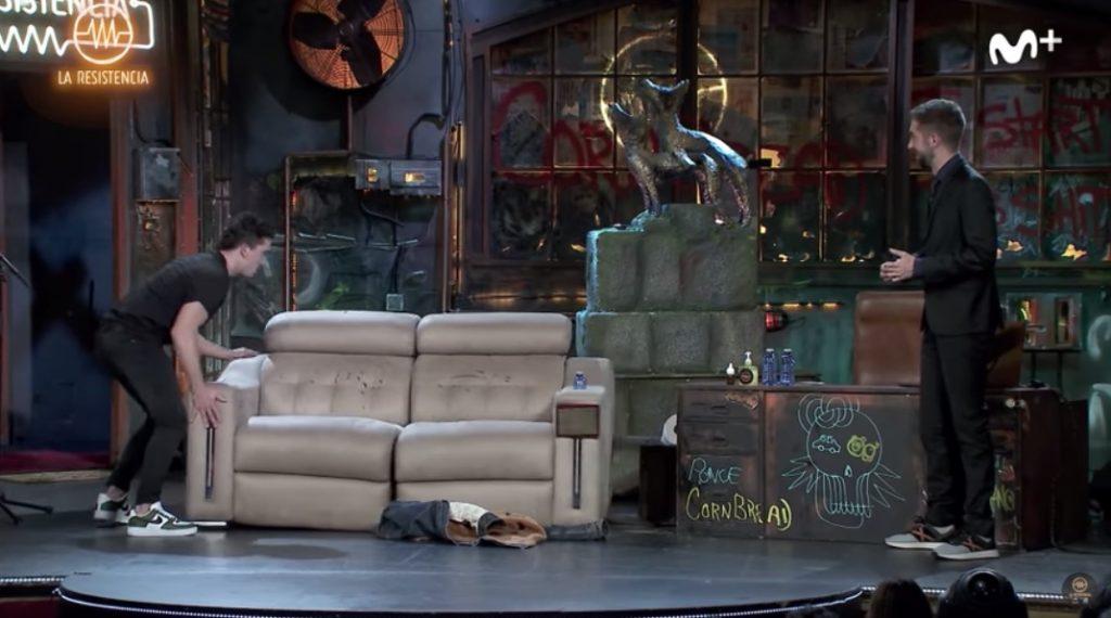 Jaime Lorente finge enfadarse en plató