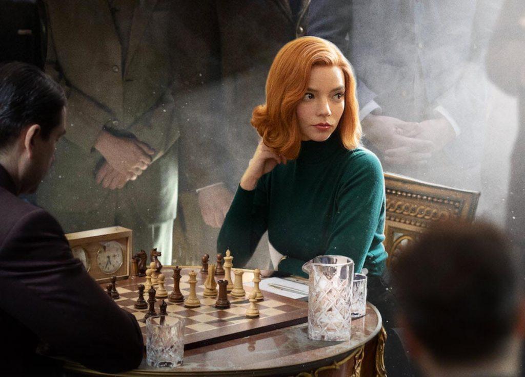 El verde del jersey de Beth en esta foto está entre los favoritos de los looks de Gambito de dama