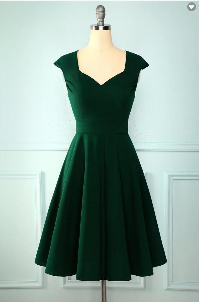 Vestido verde con escote y falda de vuelo