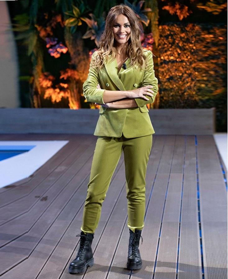 Lara Alvarez, con traje.