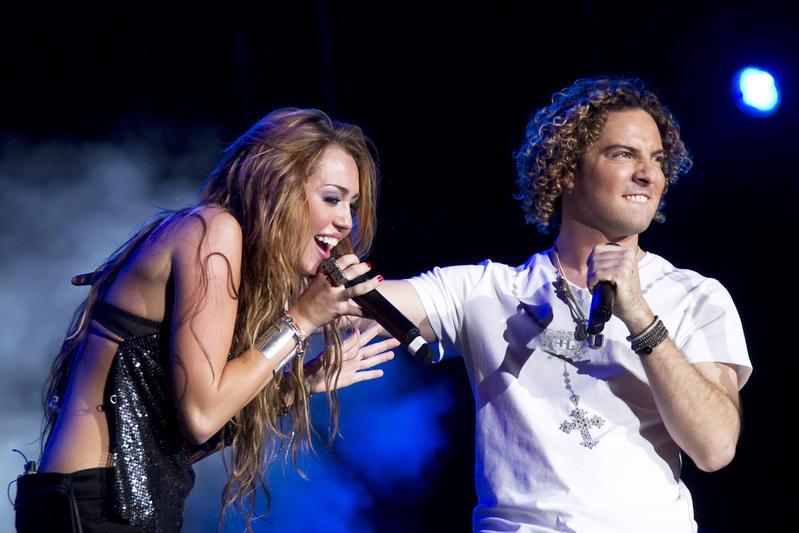 Miley Cyrus canta con David Bisbal.