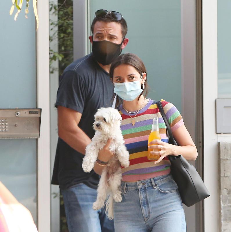 Ben Affleck con Ana de Armas: ambos ganarían si el duelo Robert Pattinson vs Ben Affleck incluyera qué novia nos cae mejor