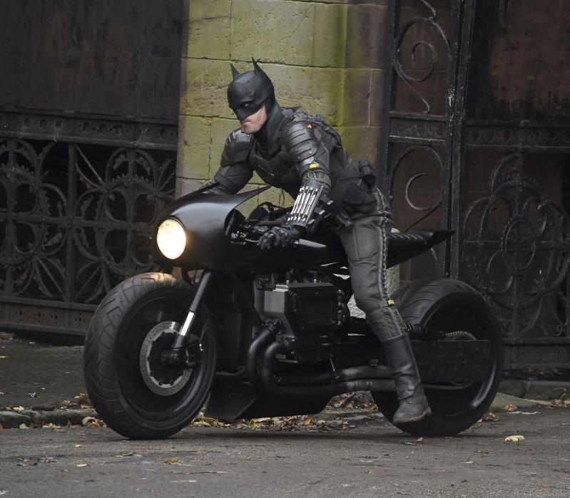 Robert Pattinson caracterizado como Batman, en moto