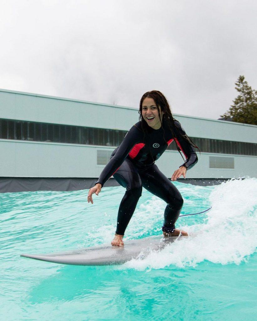 Shakira practicando surf, otro de sus hobbies