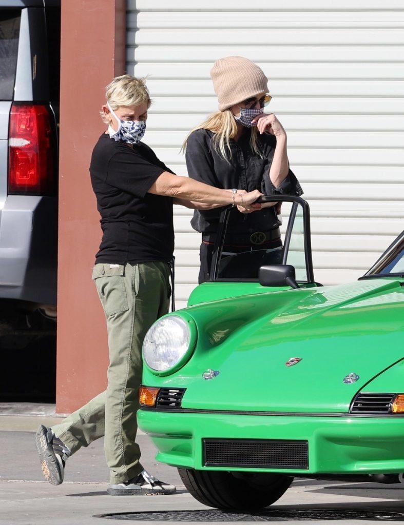 Ellen DeGeneres y su novia miran de cerca el Porsche